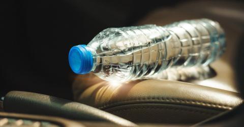 Gefährliche Angewohnheit: Deshalb solltest du nie eine Plastikflasche im Auto liegen lassen