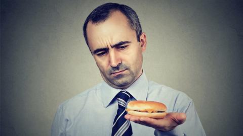 Die größten Fastfoodketten der Welt benutzen dieses giftige Hilfsmittel beim Zubereiten ihrer Burger!
