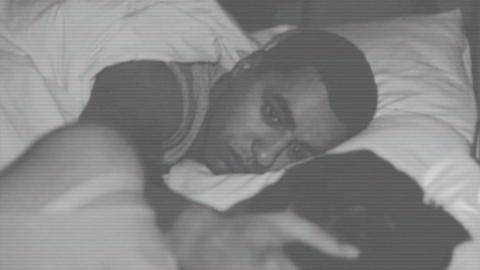 Er schläft neben seiner Freundin ein: Als er am Morgen aufwacht, folgt der Schock!