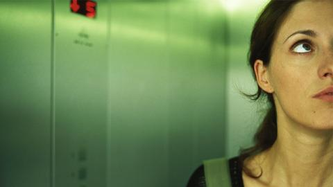 Frau bleibt bei 40 °C im Fahrstuhl stecken: Eine Sache rettet ihr das Leben