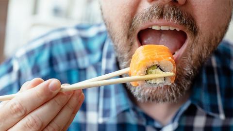 Ein Mann isst im Sushi-Restaurant: Dann passiert plötzlich eine heftige Veränderung mit seiner Hand