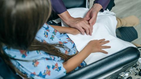 Mädchen liegt todkrank in Klinik, dann passiert in der Nacht ein Wunder