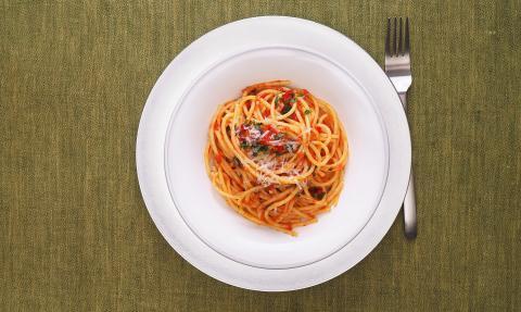 Student isst Nudeln aus dem Kühlschrank: Doch das Abendessen endet tragisch für ihn