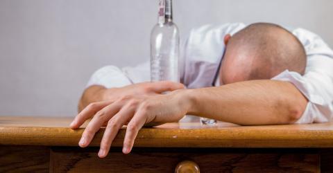 Zu viel Alkohol: Diese Symptome warnen euch