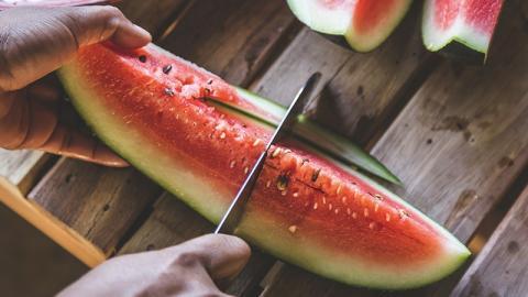 Von Wassermelonen, die Risse im Fruchtfleisch haben, werdet ihr krank!