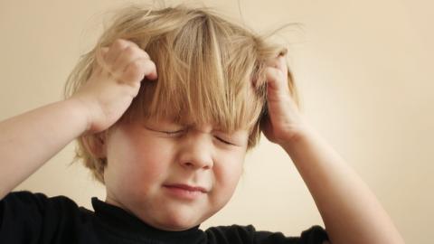 Diesem Jungen passiert das Schlimmste wegen Kopfschmerzen!