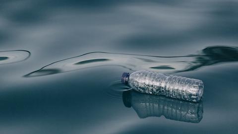 Mann verkauft Wunderwasser an Familien: Die Folgen sind erschreckend