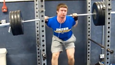 Fail: Er hebt zu schwere Gewichte und versagt kläglich