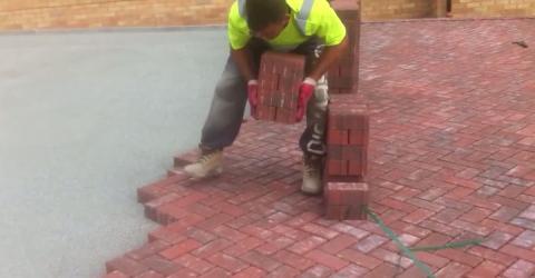 Genialer Arbeiter zeigt, wie man Ziegelsteine richtig verlegt