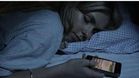 Neben Ihrem Handy schlafen: Warum Sie das lassen sollten.