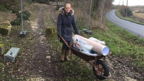 Wegen Nachbar: 72-jährige Rentnerin kann nur mit Schubkarre nach Hause fahren