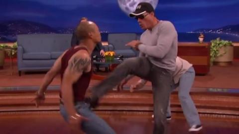 """Jean-Claude Van Damme stellt seine legendäre Szene aus """"Kickboxer"""" nach"""