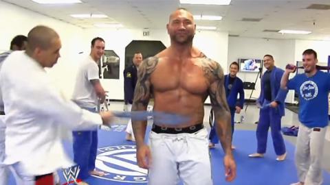 WWE-Star Bautista muss für seinen neuen Jiu-Jitsu-Gürtel bei einem schmerzhaften Ritual leiden