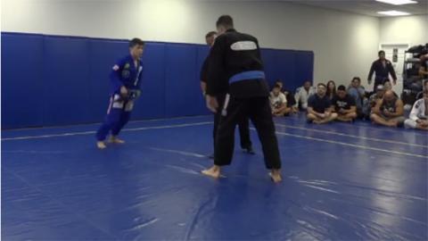 Ein kleiner Jiu-Jitsu-Experte kämpft gegen einen riesigen Ringer. Nach 50 Sekunden ist der ungleiche Kampf vorbei!