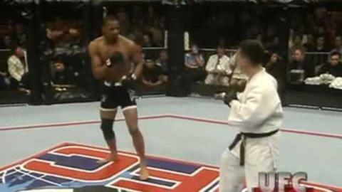 UFC 18: Ein Boxer trifft im MMA-Käfig auf einen Jiu-Jitsu-Profi