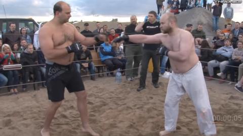 Ein Aikido-Spezialist nimmt an einem MMA-Kampf teil