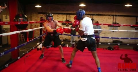 Ein Bodybuilder nimmt die Herausforderung eines Profiboxers an. Das rächt sich