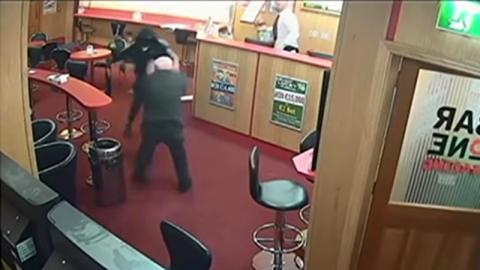 Überfall auf Wettbüro: Die Angreifer sind bewaffnet, doch dann kommt ein 84-jähriger Opa