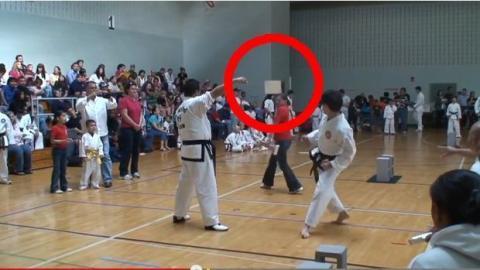 Taekwondo: Er verletzt ein Mädchen, als er ein Holzbrett zerbrechen will