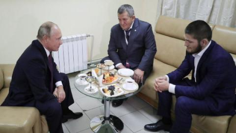 Wladimir Putin empfängt Khabib Nurmagomedov und dessen Vater: Er findet deutliche Worte!