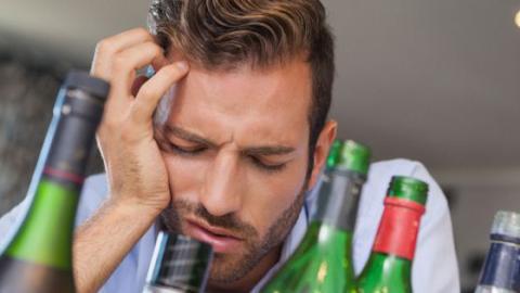 Was viele nicht wissen: Diese chronische Krankheit wird durch Alkohol ausgelöst