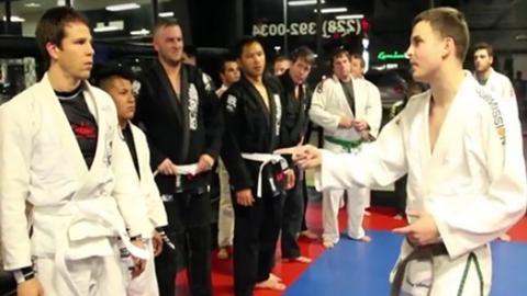Ein Brazilian-Jiu-Jitsu-Schwarzgurt gibt sich als Anfänger aus