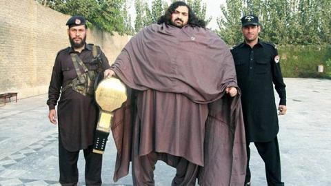 Der pakistanische Herkules: Er zieht nicht nur Traktoren, sondern hat noch ein viel größeres Ziel!