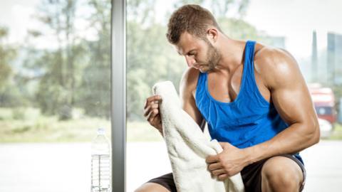 Effektiver Trick: Mit dem Handtuch kann man beim Krafttraining nicht nur Schweiß abtrocknen!