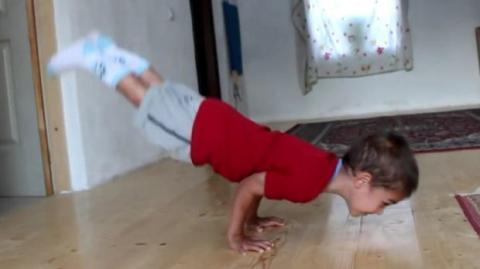 Das stärkste Kind der Welt: Mit fünf Jahren schafft es unendlich viele 90-Grad-Liegestützen