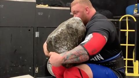 """""""Der Berg"""" hievt einen 194 Kilo-Stein auf seine Schulter - dann kommt der Knacks (Video)"""