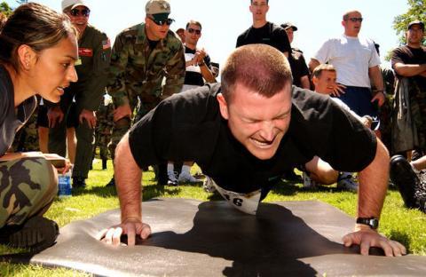 Push Up Pyramid Challenge: Der schwierigste Liegestütz-Wettbewerb der Welt