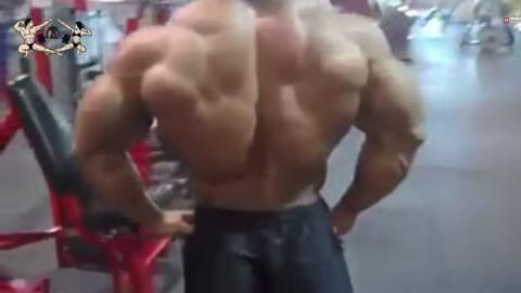 Das ist der Mann mit dem stärksten Rücken der Welt! Einfach krass!