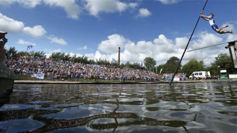 Fjerljeppen: Dieser verrückte Sport ist bei unseren niederländischen Nachbarn Kult