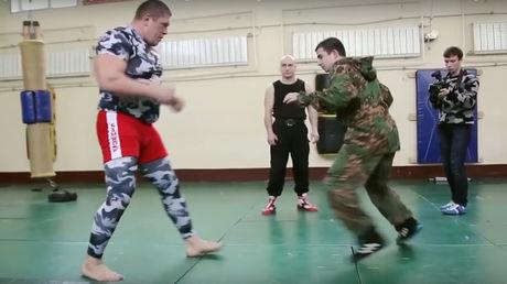 Die russischen Spezialkräfte Spetsnaz messen sich mit einem riesigen MMA-Kämpfer