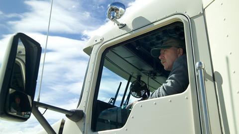 Blick in den Rückspiegel auf Autobahn: Als er das sieht, wendet er seinen LKW herum