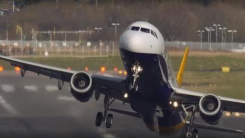 Als das Flugzeug landen will, dreht es der Wind plötzlich quer
