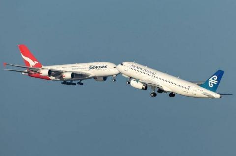 Zwei Flugzeuge setzen gleichzeitig zum Landen an. Erst dann begreifen die Piloten, was geschieht