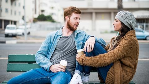 Dating-Trend Benching: So verschafft die teils unangenehme Technik dir einen entscheidenden Vorteil im Liebesleben