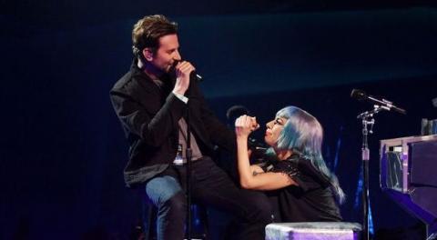 Lady Gaga: Bradley Cooper überrascht ihre Fans mit spontaner Aktion (Video)