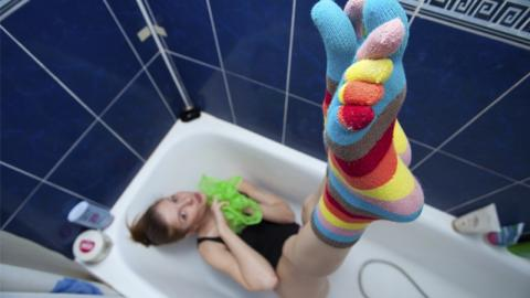 Ihm fehlen ständig die Socken: Was seine Freundin mit ihnen macht, ist echt krank!