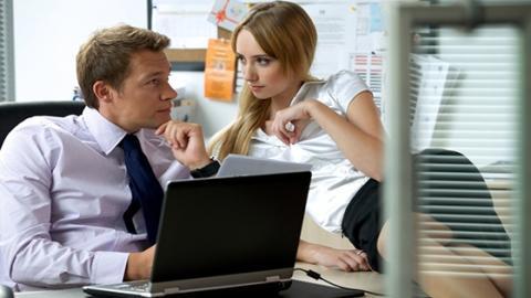 Liebe im Büro: 9 von 10 Menschen werden am Arbeitsplatz intim!