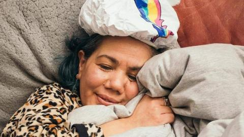 Was diese Frau mit ihrer Bettdecke anstellt, ist abnormal!