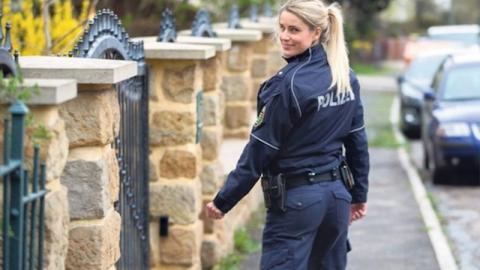 Polizistin aus Dresden zeigt sich hüllenlos auf Instagram