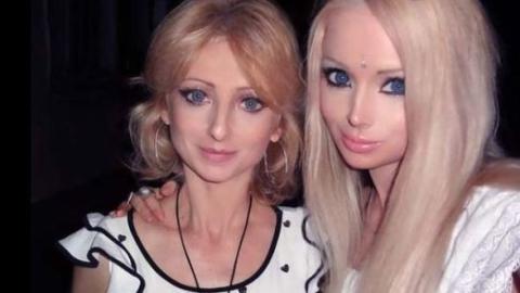 Sie sieht aus wie die Barbie-Puppe: Aber wartet, bis ihr den Rest der Familie seht!