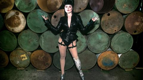 Sie amputiert ihr Bein, dann wird sie zum Showgirl