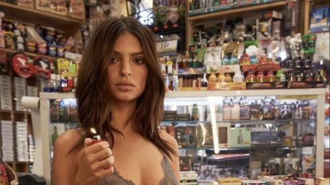 Dieses Model geht einfach in Dessous in den Supermarkt!