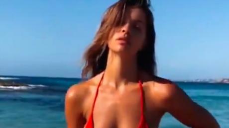 Sie posiert im Bikini am Strand, aber jemand stiehlt ihr die Aufmerksamkeit