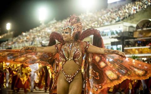 Die brasilianische Trommelkönigin sorgt mit explosivem Kostüm für Aufregung