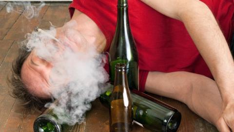 Das passiert in eurem Körper, wenn ihr gleichzeitig Alkohol trinkt und kifft