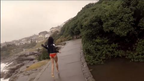Seine Freundin steht beim Gewitter am Meer - die Natur schlägt zu